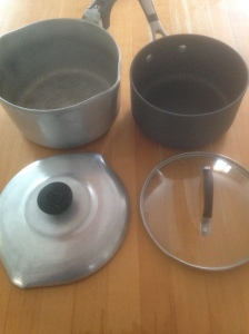 The pot on the left was made in the 1940s, the one on the right is a new one.